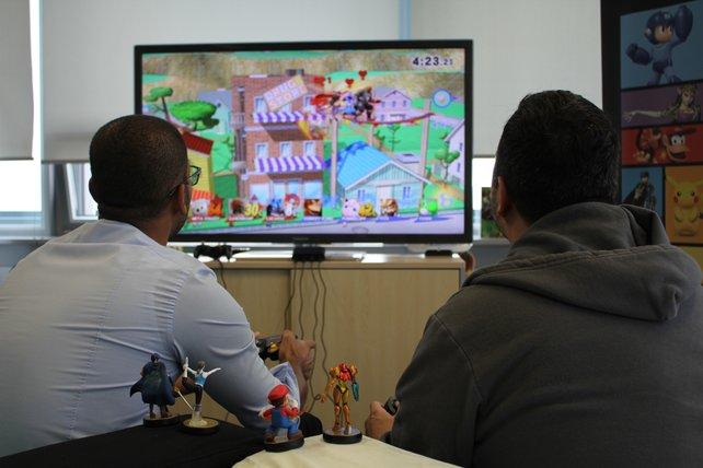 Ingo Kreutz von Nintendo (links) und spieletipps-Redakteur Micky beim Probespielen. Seht mal, wer ihnen dabei zusieht!
