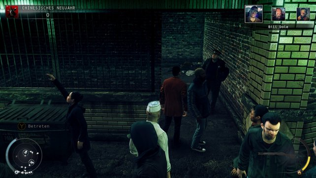 Hier geht er runter, und hier dreht sich der Polizist auch zum ersten Mal um.