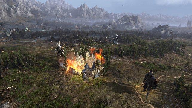 Die Weltkarte in Total War - Warhammer sieht einfach großartig aus. Berge, Felder, Wälder sind herrlich detailliert. Im Hintergrund lässt sich dann und wann dichter Rauch oder das Nordlicht erspähen.
