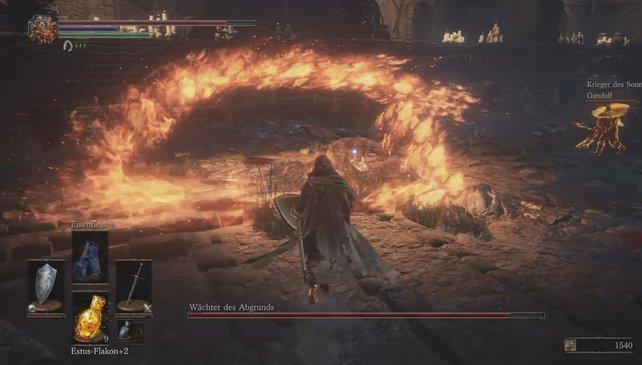 In der zweiten Phase wird es heiß: Der Wächter des Abgrunds setzt Feuerattacken gegen euch ein.