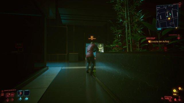 Auf dem Weg zum Aufzug solltet ihr stets vorsichtig und geduckt bleiben, um den Blicken der Wachen zu entgehen.