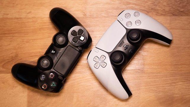 Der direkte Vergleich des DualShock 4 (links) und des DualSense (rechts).