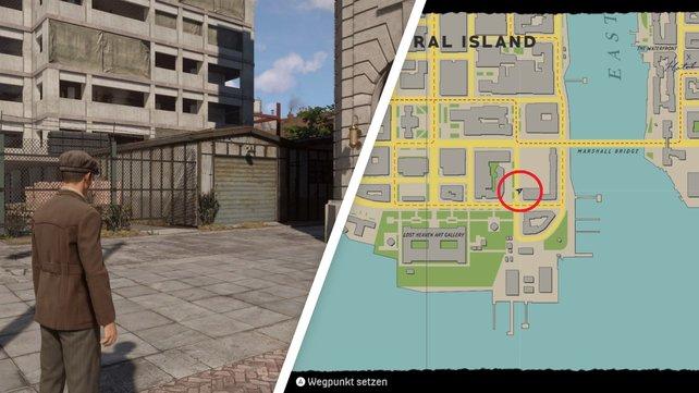 Unübersehbar: Die Garage steht direkt links neben dem großen Gebäude.