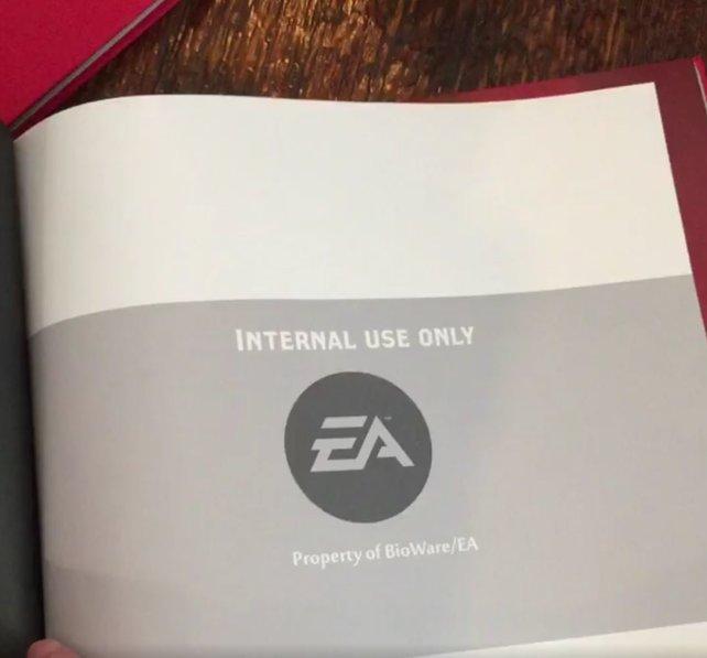 Der Einblick in ein rotes Buch ließ viele Fans laut aufschreien.