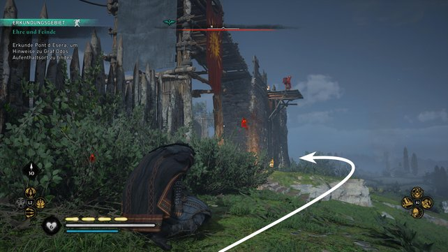 Schleicht rechts um die Anlage herum, bis ihr hinten beim Haus neben dem Mauerturm angelangt.
