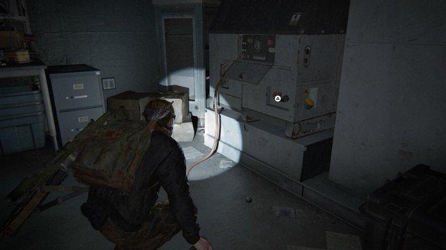Nachdem ihr ddie Notaufnahme erreicht habt, müsst ihr hinten den Kabeln auf dem Boden folgen, um den Generator und die Stromversorgung zu finden und einzuschalten.