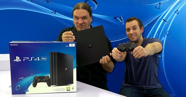 Onkel Jo (links) und Praktikant Dennis präsentieren die neue PS4 Pro.