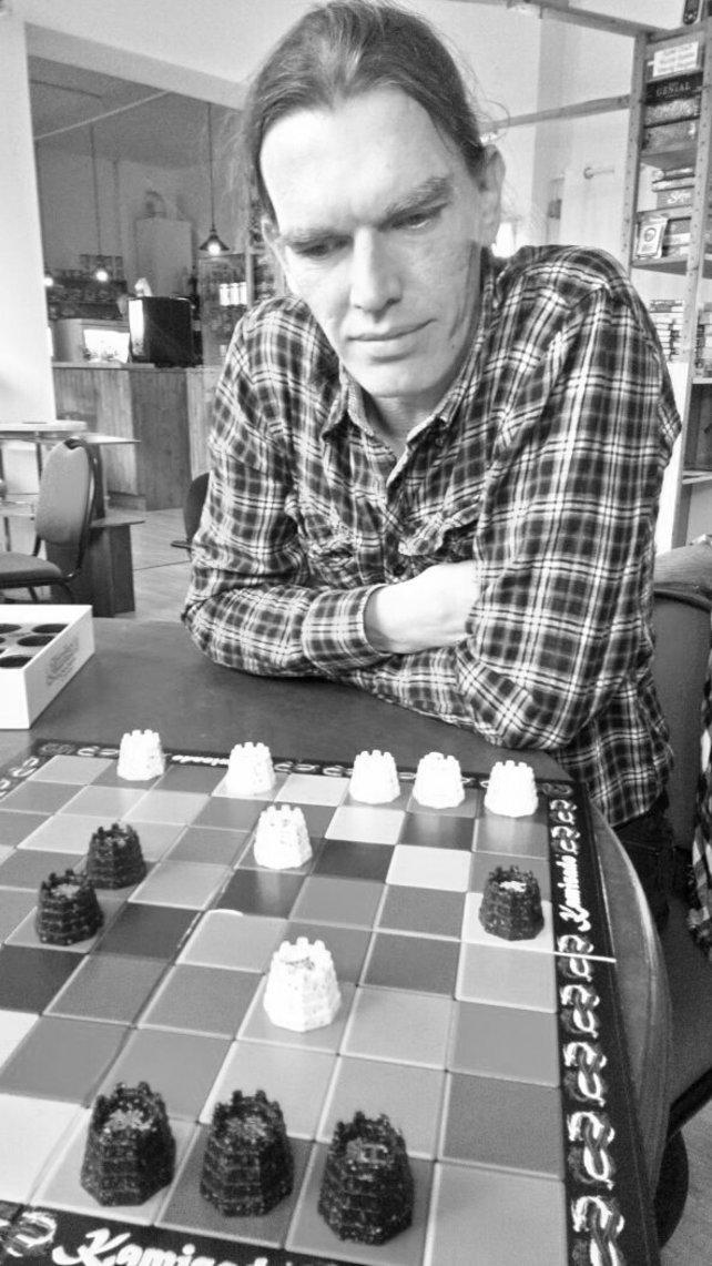 Das ist Ralf. Er hat rund drei Jahre im Spieler-Support gearbeitet. Bei seiner Bewerbung musste er sechs Stunden lang Tests absolvieren, das eigentliche Vorstellungsgespräch dauerte nur zehn Minuten.