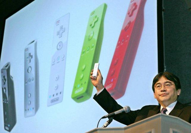 Satoru Iwata präsentiert die fast fertige Wii-Fernbedienung auf der Tokyo Game Show im September 2005.