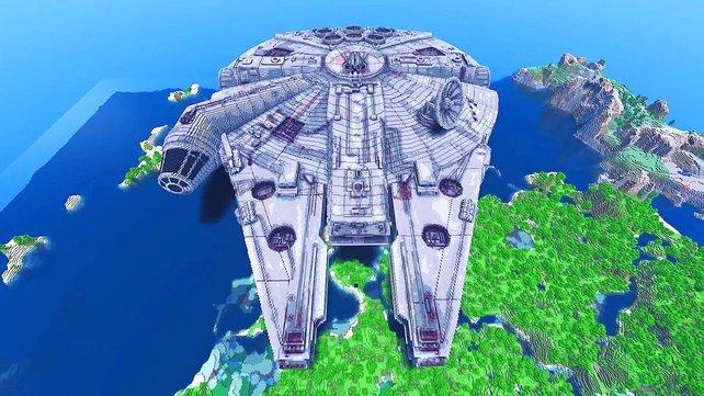 """In Minecraft könnt ihr eurer Kreativität freien Lauf lassen und die Klötzchenwelt nach euren Wünschen und Vorstellungen verändern. Hier seht ihr beispielsweise den nachgebauten ikonischen Millennium Falken aus der """"Star Wars""""-Saga."""