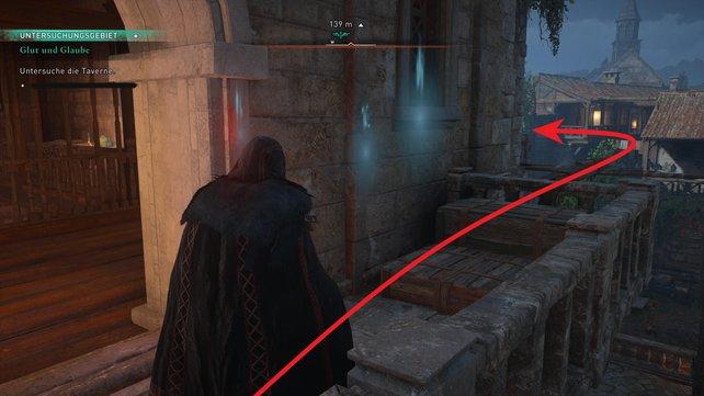 Spring vom Balkon aus auf die Holzbalken und wendet euch nach links, um ins verschlossene Zimmer einzudringen.