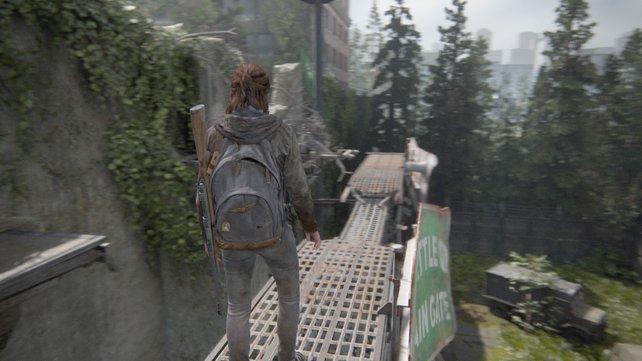 Klettert über das Dach und das Gerüst, um am hinteren Ende auf die andere Seite der Mauer zu gelangen.