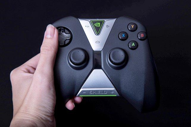 Groß und mächtig: Der Controller liegt trotzdem gut in der Hand und besitzt sinnvolle Funktionen.