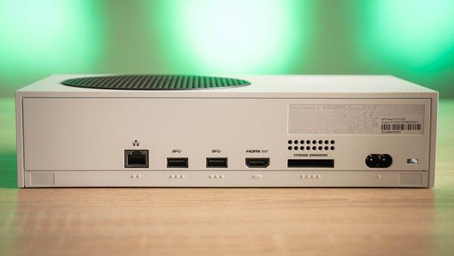 Das flache Design der Xbox Series S bietet ausreichend Platz für alle wichtigen Anschlüsse.