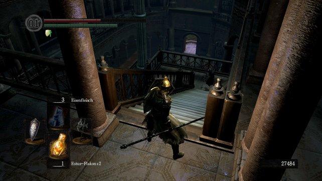 Dort unten am Balkon findet man das nächste Leuchtfeuer. Dort solltet ihr zuerst hin.