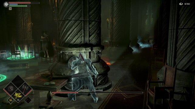 Hinter der ersten Säule am Eingang könnt ihr euch am besten vor den Hexen verstecken.