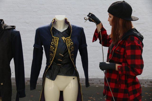 Für Maja war der aufwendigste Teil ihres Kostüms der schön verzierte Mantel von Emily.