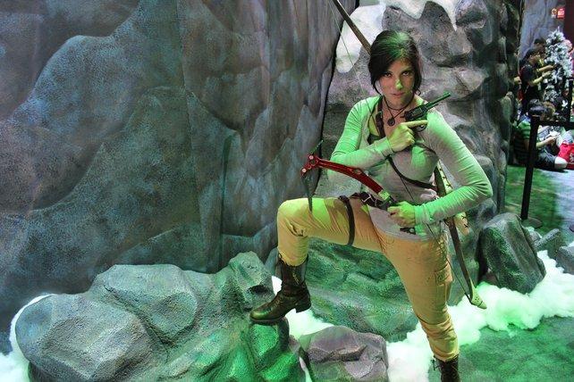 Eine Stand-Hostesse posiert als Lara Croft