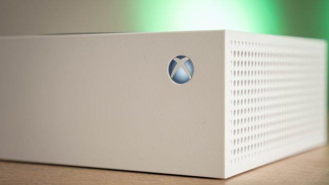 Die oberen Luftlöcher zum Wärmeabtransport der Xbox Series S sind auch zu erkennen.