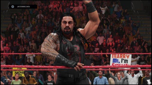 Wenn Roman Reigns jubelt, buhen ihn die Fans frenetisch aus.