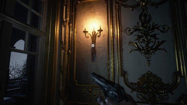 Bei der Wandlampe findet ihr den Schlüssel von Lady Dimitrescu.