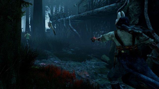 Werft ihr als die Jägerin das Beil, dann solltet ihr vorher Zielwasser trinken. Es ist gar nicht so leicht, einen Survivor zu treffen.