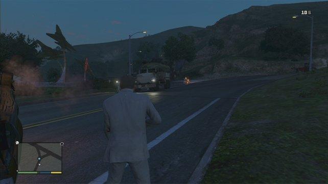 Holt euch bei Ammu-Nation einen Granatwerfer und schneidet dem Konvoi den Weg ab. Dann jagt die Begleitwagen in die Luft, die restlichen Gegner kriegen Kugeln ab, und am Ende klaut ihr den Lkw.