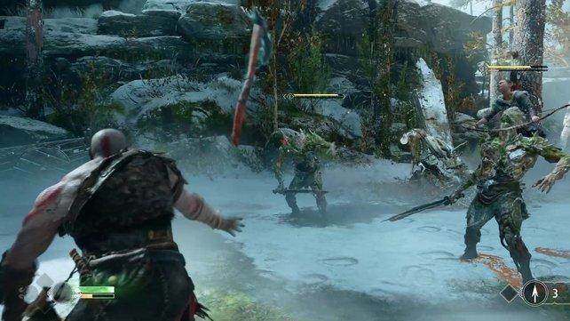 Kratos und Sohn in Aktion: Während Atreus den Draugr rechts in Schach hält, schleudert der Kriegsgott seine Axt dem zweiten Moderkopf entgegen, um ihn einzufrieren.