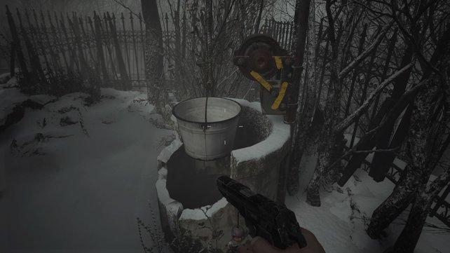 Da unten ist doch was! In den Brunnen finden sich nützliche Gegenstände.