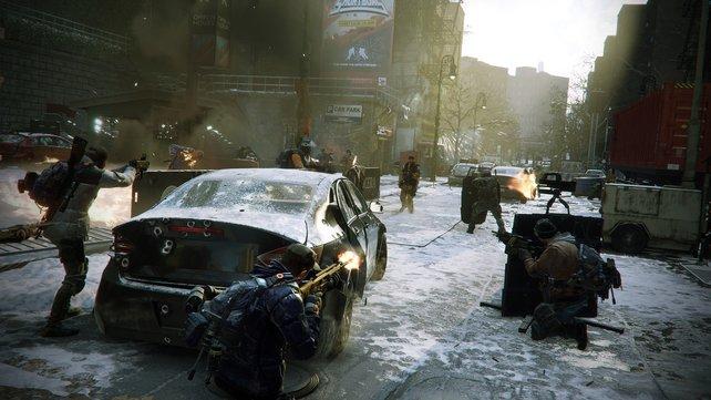 Feuer frei: Auf offener Straße trefft ihr im Spielverlauf immer wieder auf feindliche Fraktionen.