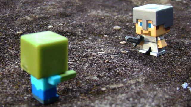 So wie diese süßen Minecraft-Figuren sich in der realen Welt treffen, trefft ihr eure Freunde per Crossplay in Minecraft.