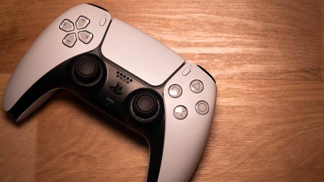 Liegt erstaunlich gut in der Hand und kommt mit vielen neuen Funktionen: der DualSense.