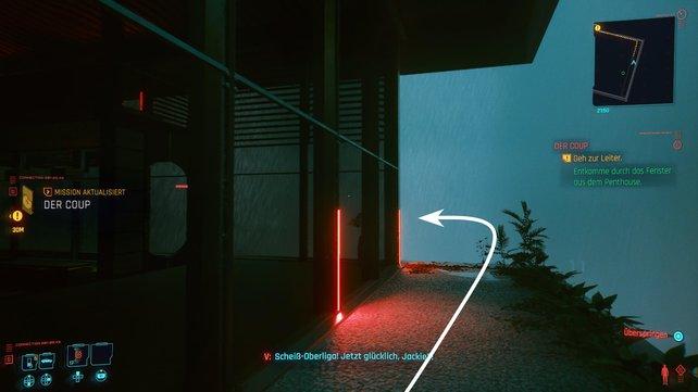 Tretet durch die Doppeltür nach draußen, haltet euch links an der Glaswand und haltet auf die Leiter zu.