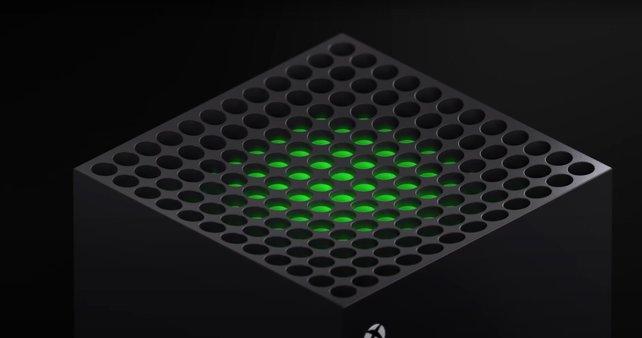 Die oberen Öffnungen der Xbox Series X lassen das typische Marken-Grün durchscheinen.
