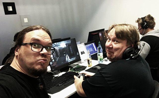 Onkel Jo (links) bei Bethesda in Frankfurt. Dort spielen einige gedungene Meuchelmörder Dishonored 2. Ebenfalls mit dabei unser freier Mitarbeiter Sven Vößing.