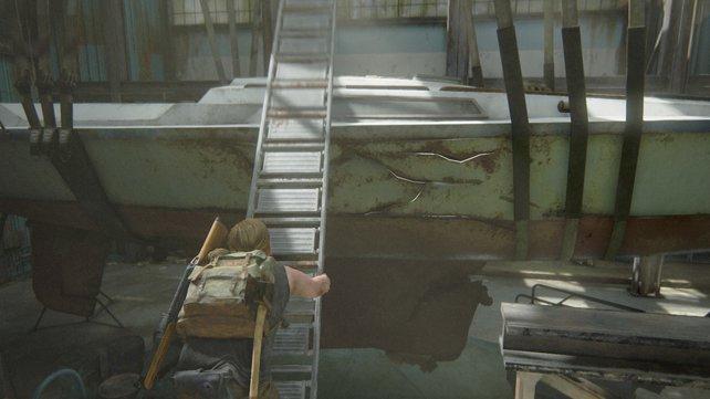 Nutzt die zusammengeklappte Leiter, um auf das Boot und später auf die andere Seite zu gelangen.