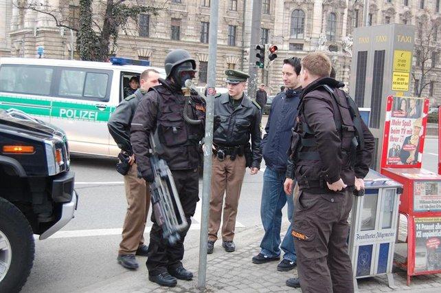 Sieht man nicht alle Tage: Polizei führt Helghast ab. (Quelle: Gamezone)