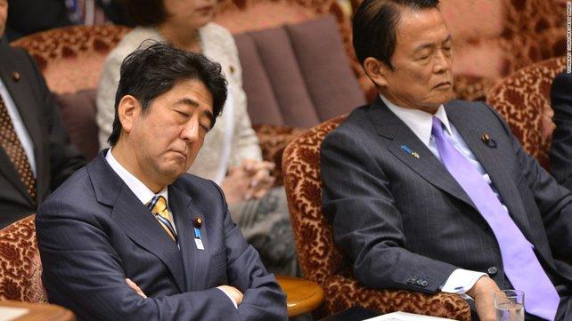 Selbst Premierminister Abe und Finanzminister Aso leisten sich auf offiziellen Anlässen nötigenfalls ein kleines Nickerchen.