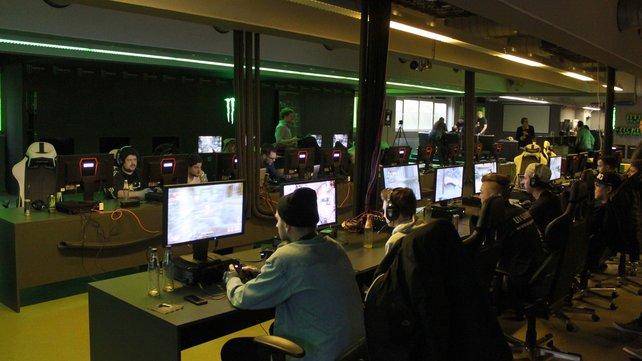 Profi-Spieler und Journalisten legen erste Hand an den neuen Download-Inhalt.