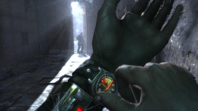 Zifferblatt und Schäden an der Gasmaske geben euch in Metro 2033 Aufschluss über eure Umgebung.