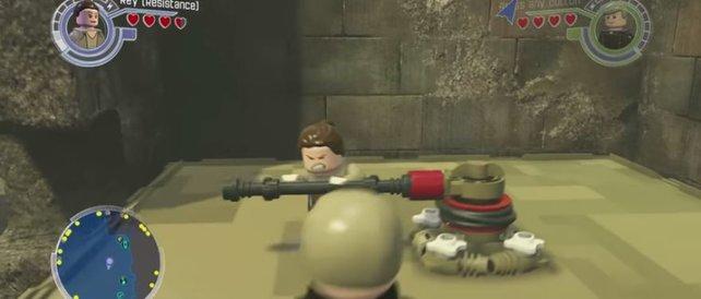 Um an den Carbonit-Block mit Yoda zu gelangen, müsst ihr Rey zur Hilfe holen, die mit ihrem Stab an der Winde kurbelt.