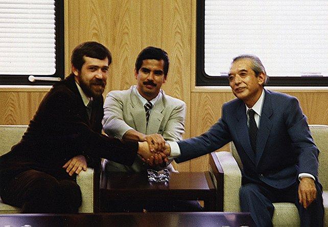 1989 werden sich Tetris-Vater Alexei Paschitnow, Rechte-Vermittler Henk Rogers und Nintendo-Boss Hiroshi Yamauchi über Tetris endlich einig.