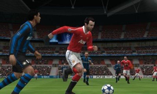 Giggs lässt seinen Gegenspieler stehen. Die englischen Spieler sind lizenziert.