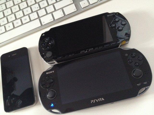 PS Vita ist größer als PSP und iPhone 4 (links). Das Gerät liegt komfortabel in den Händen und fasst sich wertig an.