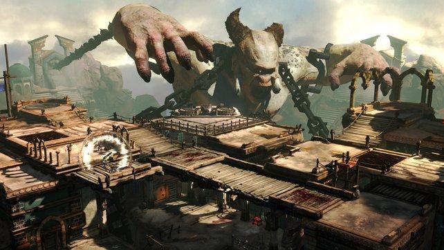 Acht Spieler bekriegen sich online gegeneinander, während ein Zyklop wütend mitmischt.