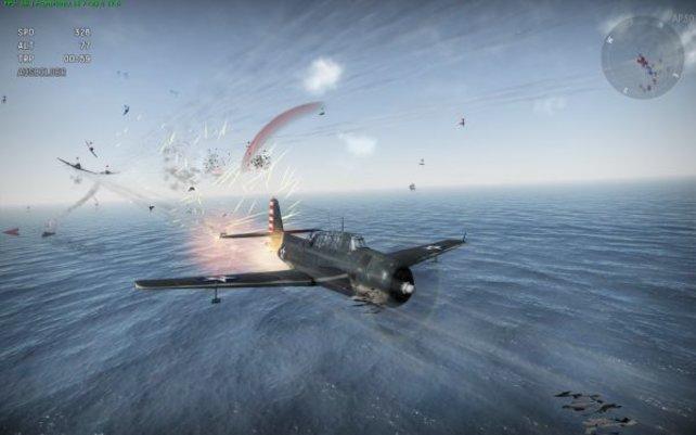 Die japanischen Jäger nehmen diese amerikanische Maschine unter Feuer, Kleinteile fliegen durch die Luft.