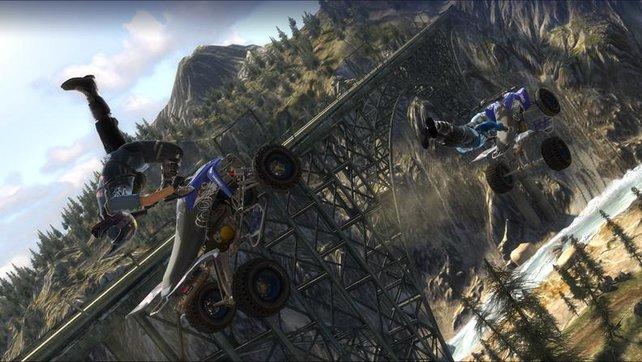 Zwei Fahrer machen halsbrecherische Stunts