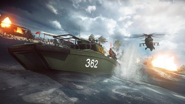 Vom Jäger zum Gejagten: Das voll besetzte Kanonenboot scheucht einen Hubschrauber über das Wasser!