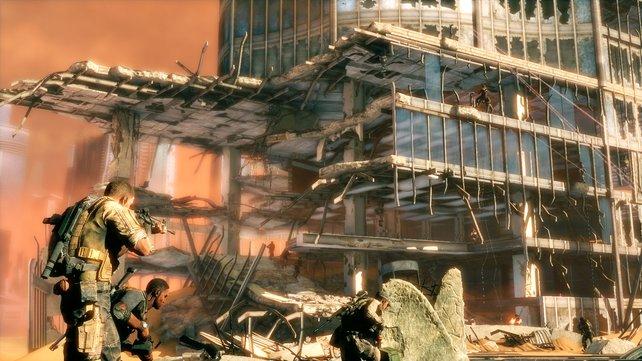 Während der Ballerei stürzen Gebäudeteile ein.