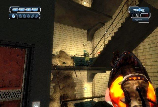 Alienwaffe im Anschlag - die feurig-gelbe Kugel ist die Munition.